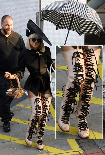 http://shoesaremyweakness.blog.bg/photos/72487/original/gal_lady_gaga_shoes.jpg