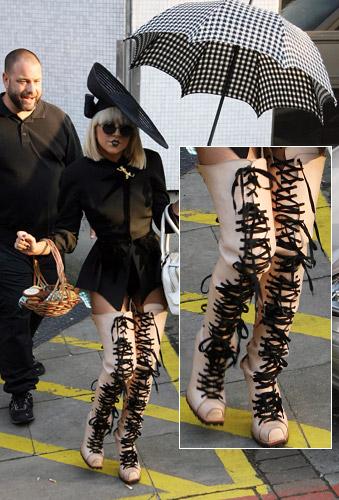 http://shoesaremyweakness.blog.bg/photos/72487/original/gal_lady_gaga_shoes.jpg